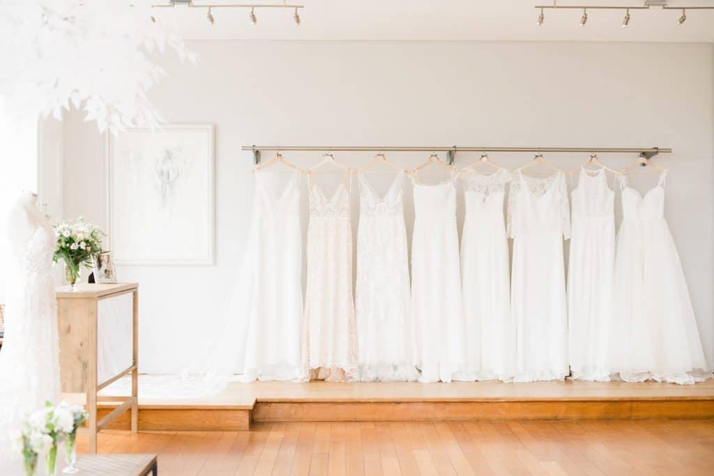Vue des robes de mariée sur l'estrade