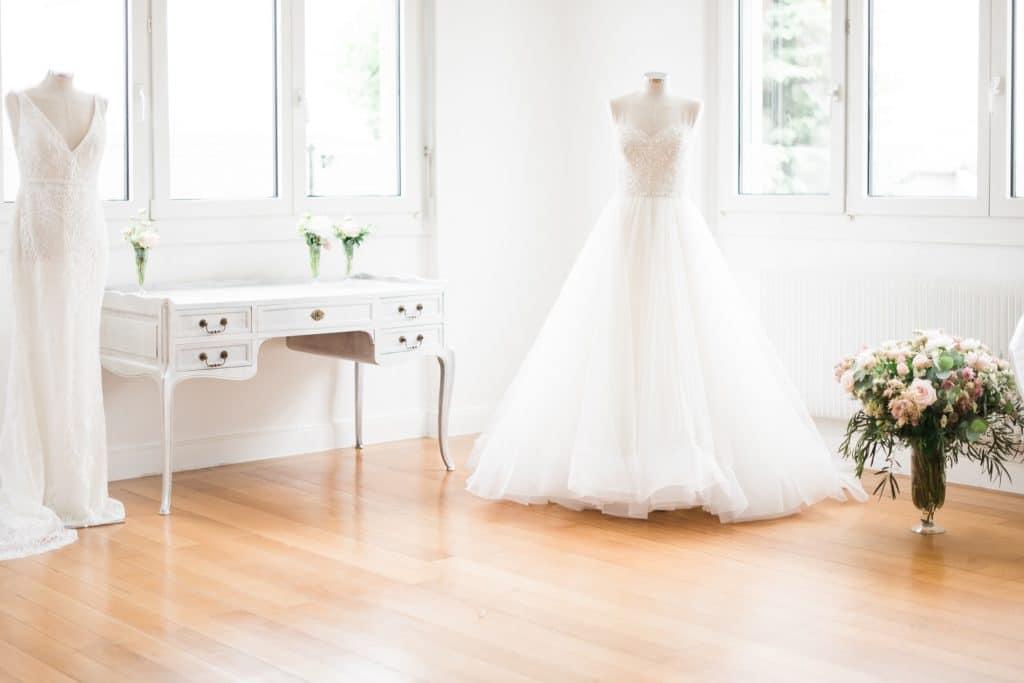 Deux robes de mariée sur mannequins